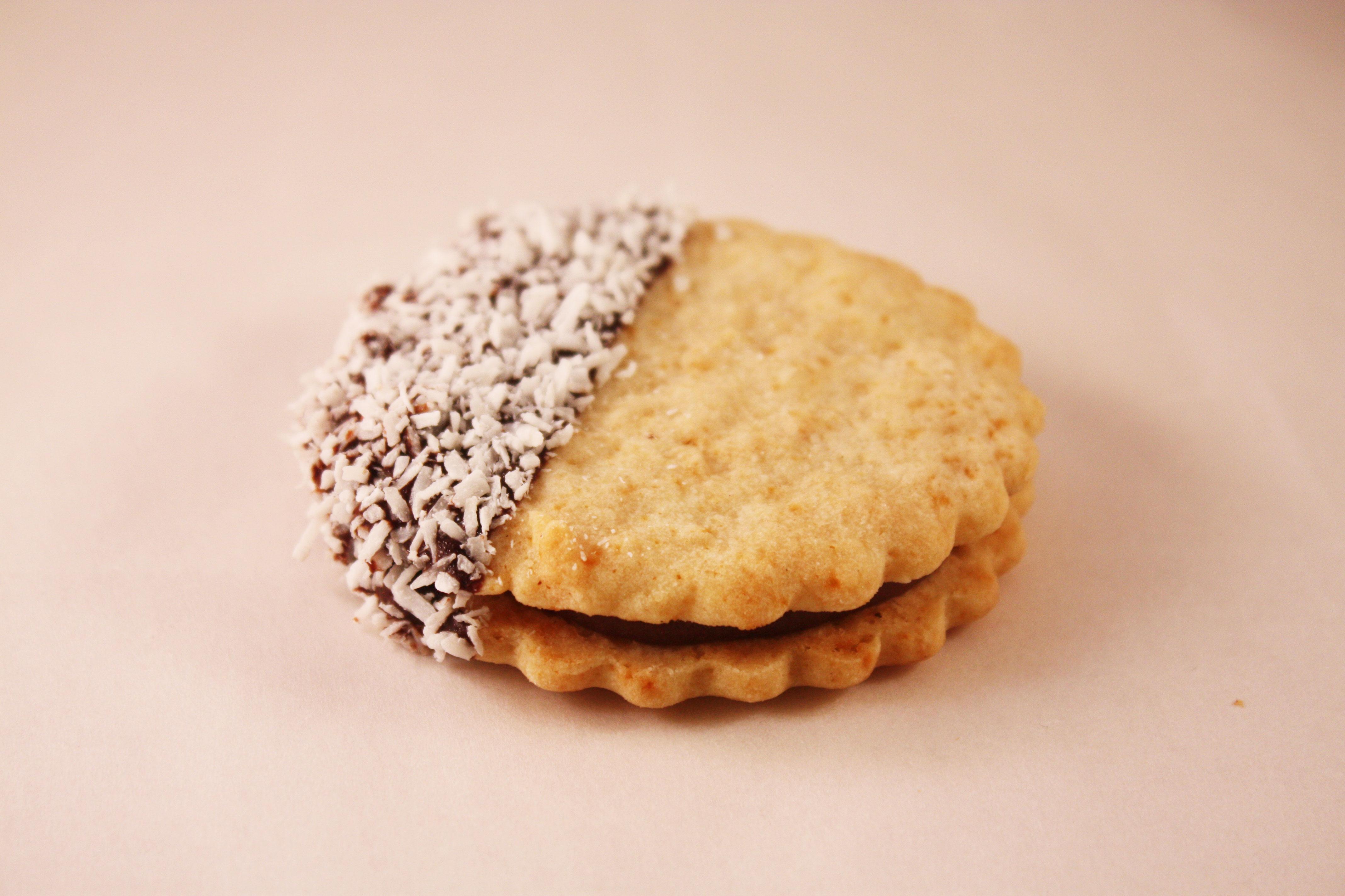 Osötad halvmåne– Innehållsförteckning; Vetemjöl,margarin(veg.fett och olja vatten,salt,emulg.medel(E475 ,E471)surhetsreg.medel (citronsyra) arom),smör,fruktsocker,kakaomassa, ägg,kakosmör,aromämnen,bakpulver (hjorthornssalt),vetegluten,emulgerings- medel ( E 322 ).kokos
