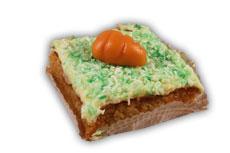 Morotskaka– Innehållsförteckning; socker,morötter,florsocker,vetemjöl,färskost (mjölk,grädde,mjölkprotein,salt,stabiliserings- medel (E419,E407),mjölksyrakultur),rapsolja ägg,smör,kokos,mandel,äggvitepulver,aromämnen, bakpulver (E450,E500),kanel,vatten,glukossirap, kardemumma,salt,ingefära,vetegluten,invertsocker klumförebyggande medel (E170),vetestärkelse, färgämne(E104,E131,E120,E160e,betakaroten), kon.medel(E211),arom,enzym(invertas)stab.medel (E 1505).