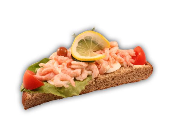 Räksmörgås brödkaka– Innehållsförteckning; RÄKOR (39%), ÄGG, vatten, VETEMJÖL, tomat, gurka färsk, fullkornsmjöl av RÅG, vegetabilisk olja, sallad, citron, margarin (Vegetabiliska oljor och fetter (raps, palm, shea), vatten, salt, emulgeringsmedel (E322 solroslecitin), arom, vitaminer, färgämne E160a, antioxidationsmedel E330), vindruva, sirap, dill, ÄGGULA, VETEKLI, VETEGLUTEN, modifierad stärkelse, RÅGSKÅLLNING, salt, vegetabilisk olja (palm,raps,HAVRE), VETESURDEG, jäst, socker, druvsocker, ättika, stabiliseringmedel E 412, stabiliseringsmedel E415, citronkoncentrat, konserveringsmedel E202, konserveringsmedel E211, citronsyra, färgämne E160a, surhetsreglerande medel E270, arom, konserveringsmedel (E202,E211), MALTMJÖL (KORN), surhetsreglerande medel (E330,E331), vitamin A och D.