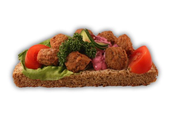 Köttbullesmörgås– Innehållsförteckning; Vatten, VETEMJÖL, kött från griskött, fullkornsmjöl av RÅG, rödbetsallad ( rödbetor 56%, vatten, rapsolja, socker, ÄGGULEPULVER, SENAPSFRÖ, ättiksprit, salt, vinäger, cayennepeppar, konserveringsmedel (E202, E211), förtjockningsmedel (E412, E415, E1442, maltodextrin), sallad, kött från nöt, tomat, potatis, sirap, potatismjöl, gurka färsk, margarin (Vegetabiliska oljor och fetter (raps, palm, shea), vatten, salt, emulgeringsmedel (E322 solroslecitin), arom, vitaminer, färgämne E160a, antioxidationsmedel E330), vindruva, VETEKLI, VETEGLUTEN, lök, RÅGSKÅLLNING, jodsalt, vegetabilisk olja (palm,raps,HAVRE), druvsocker, salt, potatisfiber, VETESURDEG, persilja, socker, jäst, jästextrakt, kryddextrakt, arom, MALTMJÖL (KORN), vitamin A och D.(27% Köttbullar).