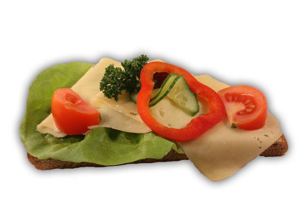 Ostsmörgås– Innehållsförteckning; Vatten,vetemjöl,fullkornsmjöl av vete och råg,sirap, vetegluten,rågskållning,margarin(veg.fett,veg.olja, vatten,emulg.medel(E471),salt,aromämnen,citronsyra, vitamin A och D),salt,vetesurdegespulver, jäst,druvsockerveg.fett,smör:Veg.fett,vatten,salt, emulg.medel(E322 solros lecitin),vitaminer,aromämnen antioxidationsmedel(E330),färgämne(E160a),(80% fett) ost:mjölk,syrningskultur,koksalt,ostlöpe,kalciumklorid. tomat,gurka,vindruva,sallad,persilja.