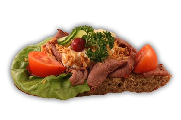 Rostbiffsmörgås– Innehållsförteckning; Vatten,vetemjöl,fullkornsmjöl av vete och råg,sirap, vetegluten,rågskållning,margarin,(veg.olja,veg.vatten,emulg. medel(E471),salt,aromämnen,citronsyra,vitamin A och D), salt,vetesurdegspulver,jäst,druvsocker,veg.fett, potatissallad:potatis,yoghurt,veg.olja,senap,vinäger,äggula, kapris,lök,persilja,kryddor,citronsyra,E202,E211,E412,E415 E1442.Rostbiff,smör:Veg.fett,vatten,salt,emulg.medel(E322 solros lecitin)vitaminer,aromämnen,antioxidationsmedel(330) färgämne(160a)(80% fett),sallad,tomat,gurka,vindruva, rostad lök,persilja.