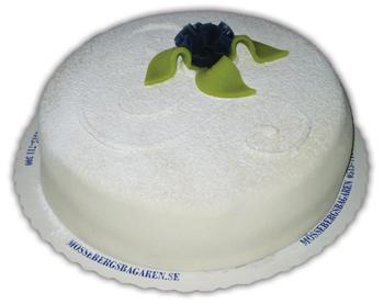 Blåbärprincess– Innehållsförteckning;GRÄDDE, socker, blixtanslagsmix (VETEMJÖL, socker, VETESTÄRKELSE, maltodextrin, SKUMMJÖLKSPULVER, bakpulver (E450a, E500, E341), emulgeringsmedel (E471, E472b, E477), VETEGLUTEN, färgämne E101), vatten, PASTÖRISERADE ÄGG, MANDEL, MJÖLK, blåbär, ÄGGULA, glukossirap, invertsockersirap, modifierad majsstärkelse, ÄGGVITEPULVER, smörkräm (Vegetabilisk olja (palm, raps, kokos), fullhärdad vegetabilisk olja (palmkärna), socker, vatten, glukossirap, salt, antioxidationsmedel E306, E304, konserveringsmedel E202, aromer), citronpuré, invertsocker, potatisstärkelse, vaniljstång, förtjockningsmedel E412, färgämne (E171), invertas, konserveringsmedel (E211), skumbildande medel (trietylcitrat), stabiliseringsmedel (E407), surhetsreglerande medel E330.